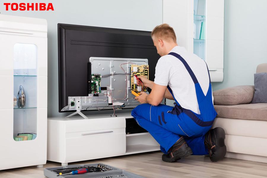 Nhân viên kỹ thuật kiểm tra bảo hành tivi toshiba